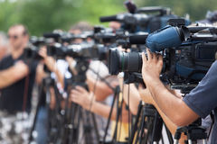rueda-de-prensa-filmacin-de-un-evento-con-una-cmara-de-vdeo-63611922